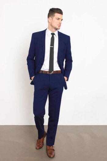 2.ネイビースーツ×無地のネクタイ