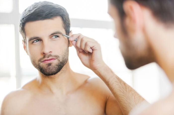 メンズメイクのステップ3.眉毛を整える
