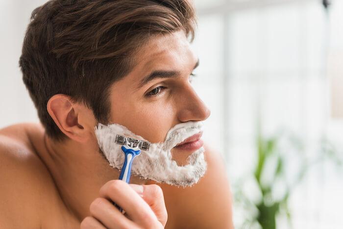 剃る方向や角度を変えて2度剃りをする