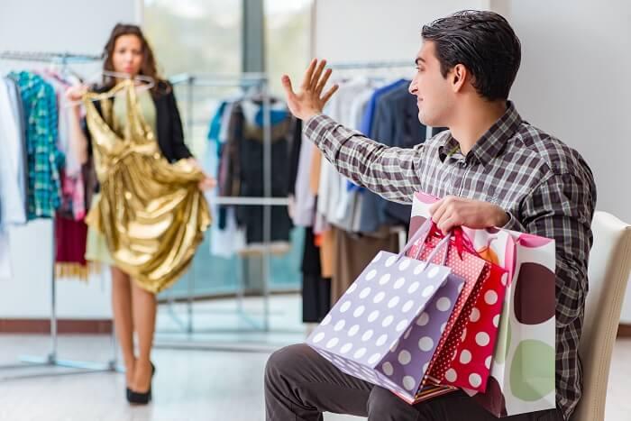 ②男に高級なブランド品を買わせる女性