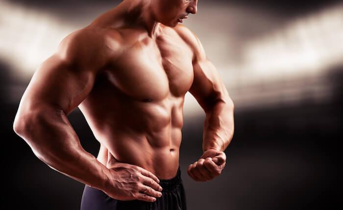 正しいフォームで、鍛えたい筋肉に力を入れる
