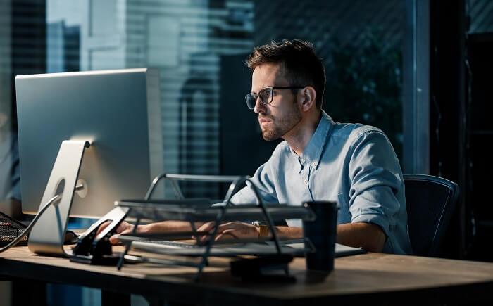 残業の多い企業で自由な時間が少ない