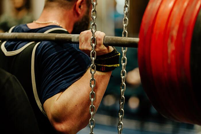 グリップの幅は、肘が45〜90度の間の角度になるように
