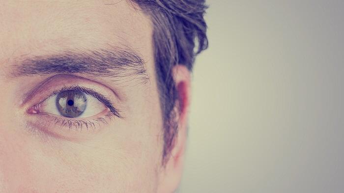 眉毛が濃い人はサロンや床屋で輪郭を作ってもらう
