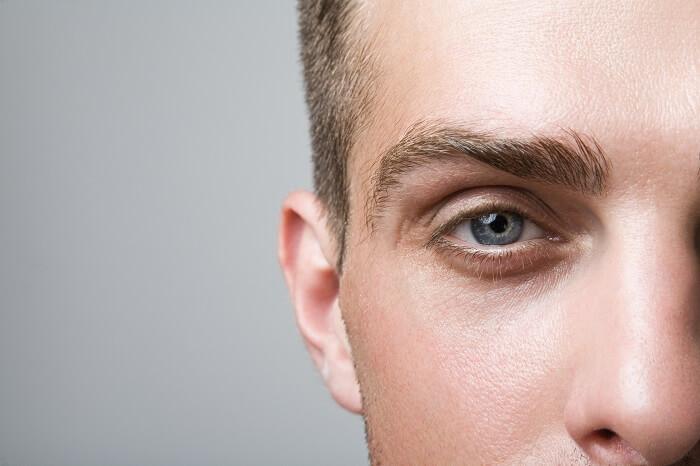眉毛を整えると清潔感がアップする