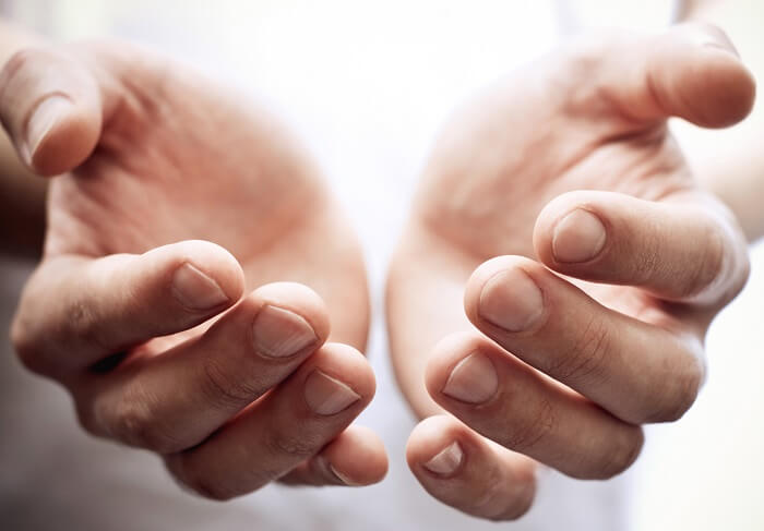 手のひらで温めておくと肌になじみやすくなる