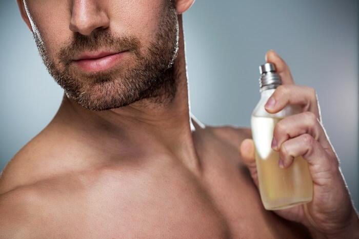 髪の毛やうなじなど上半身につけると強く香る