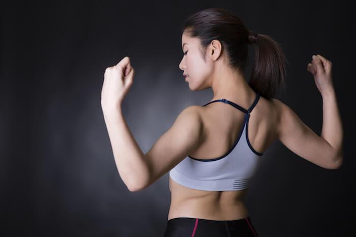 肩甲骨を寄せて、できるだけ胸を起こす
