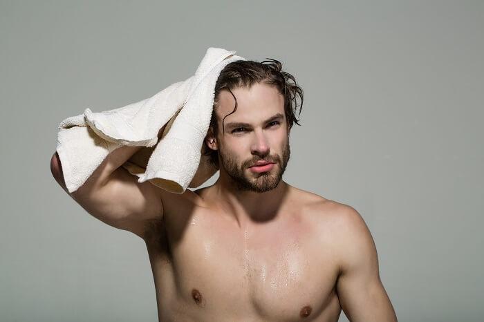 ①髪を根元から濡らす