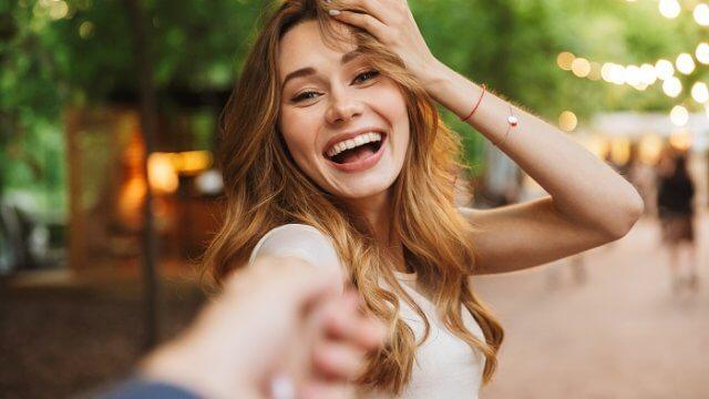 【本音公開】付き合ってないけど手を繋ぐことはOK?女性心理から読み解く手を繋ぐ正しいタイミング