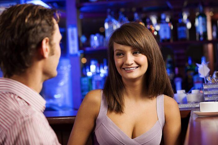 ガールズバーの女の子と付き合うコツは、店員と客という関係性を変えること!
