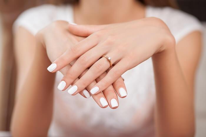 左手の薬指に指輪をしてくる