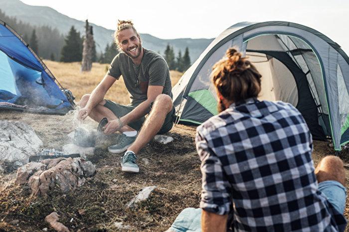 キャンプやフェスのアウトドアシーンで