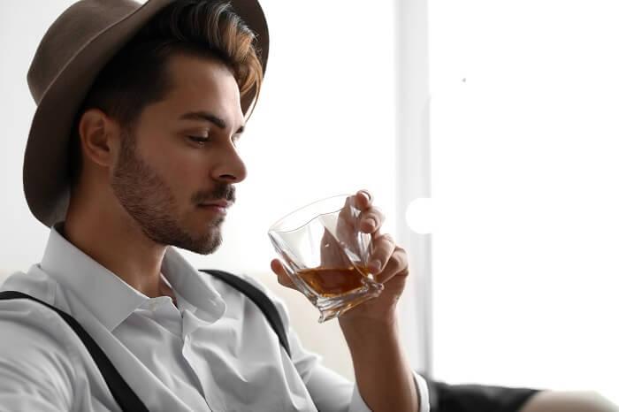 お酒をじょうずに飲む男性