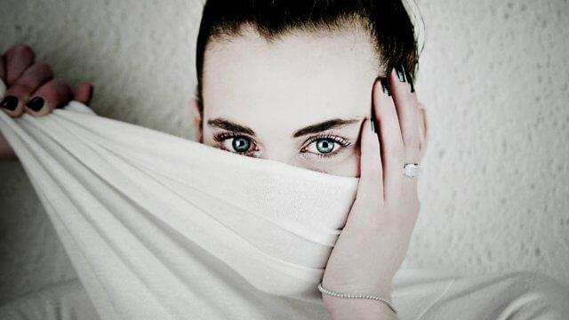 【男性必見!】それって好意?女性が見つめる視線に隠された心理とは…