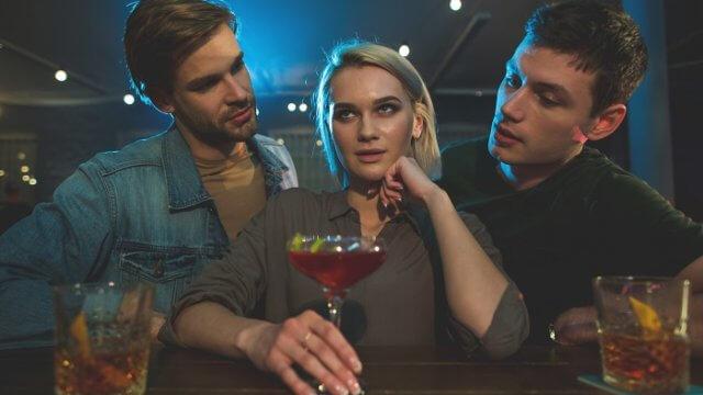 彼女が飲み会に行く…危険な男友達からスマートに彼女を守る方法を解説