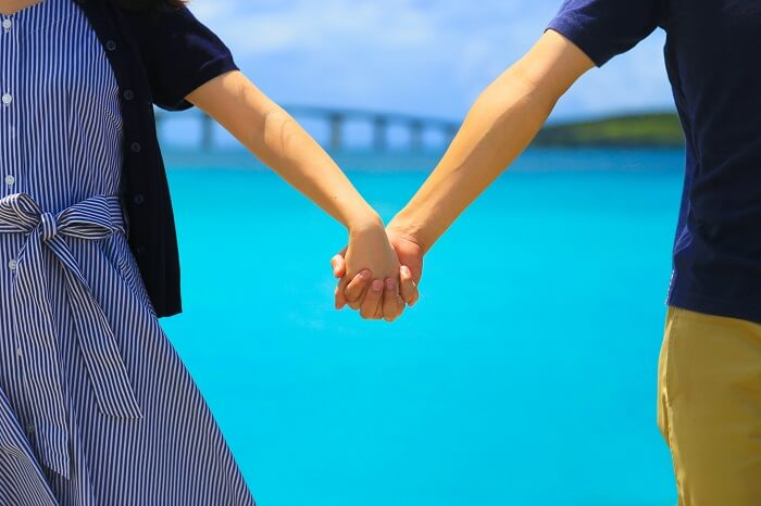 ④手を繋いで歩く