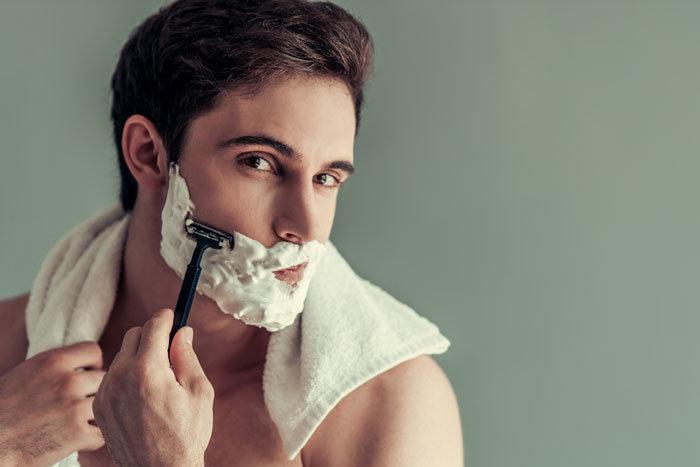 正しい手順で髭剃りを行う