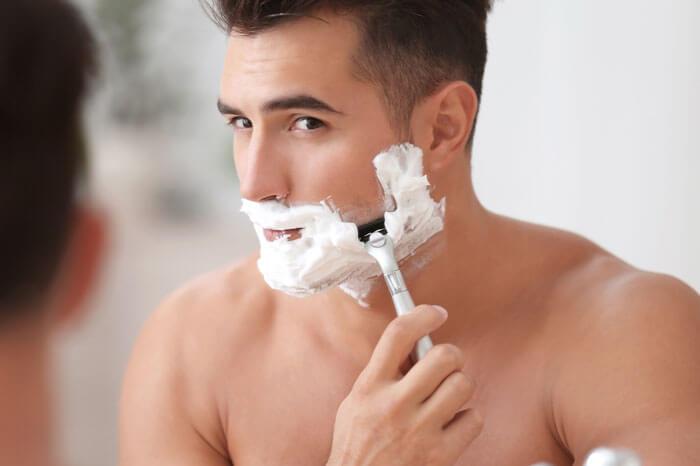 毛の流れに沿って剃る