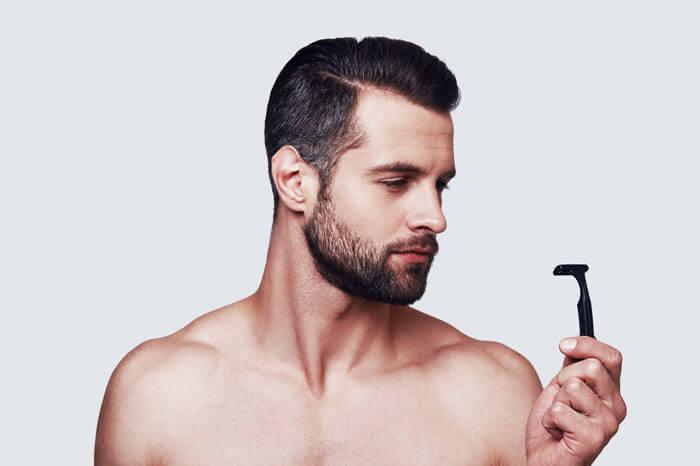 シェービング剤を使わずに乾燥した肌を剃っている