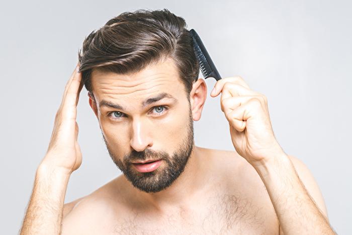 ②頭皮に育毛剤が届くように塗る
